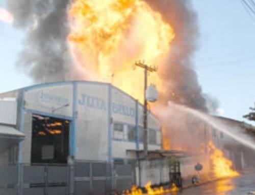 Explosões arrasam empresa de tinta em Limeira