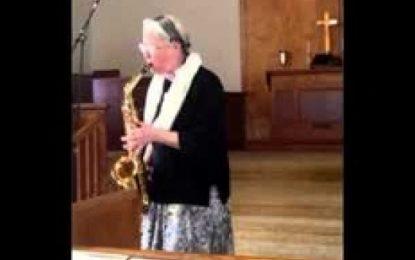 Idosa toca Quão Grande é o Meu Deus no saxofone e viraliza nas mídias sociais
