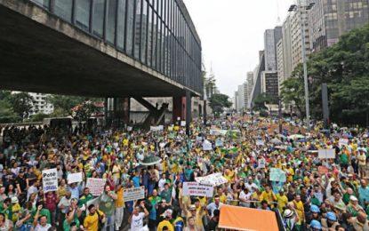 Manifestantes fazem maior protesto nacional contra o governo Dilma