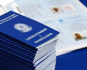 Salário médio mensal do brasileiro teve queda de 3,2% em 2015, aponta IBGE
